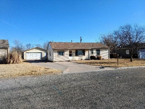 Photo of 1018 College Ln, Hutchinson, KS 67501