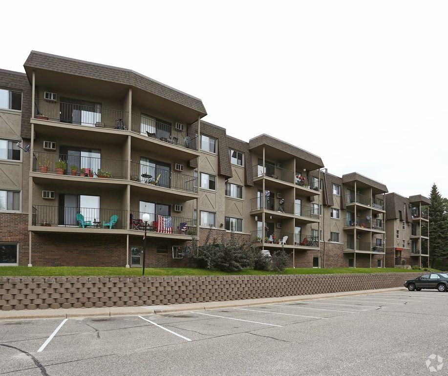 Sandhurst Apartments: 560 W Sandhurst Dr, Roseville, MN 55113