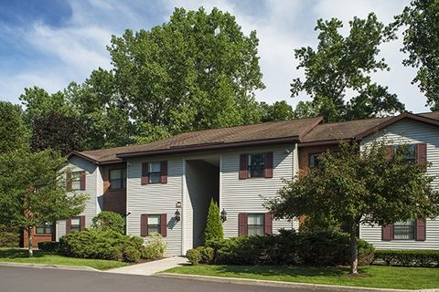 Photo of 8 Winding Brook Dr, Guilderland, NY 12084