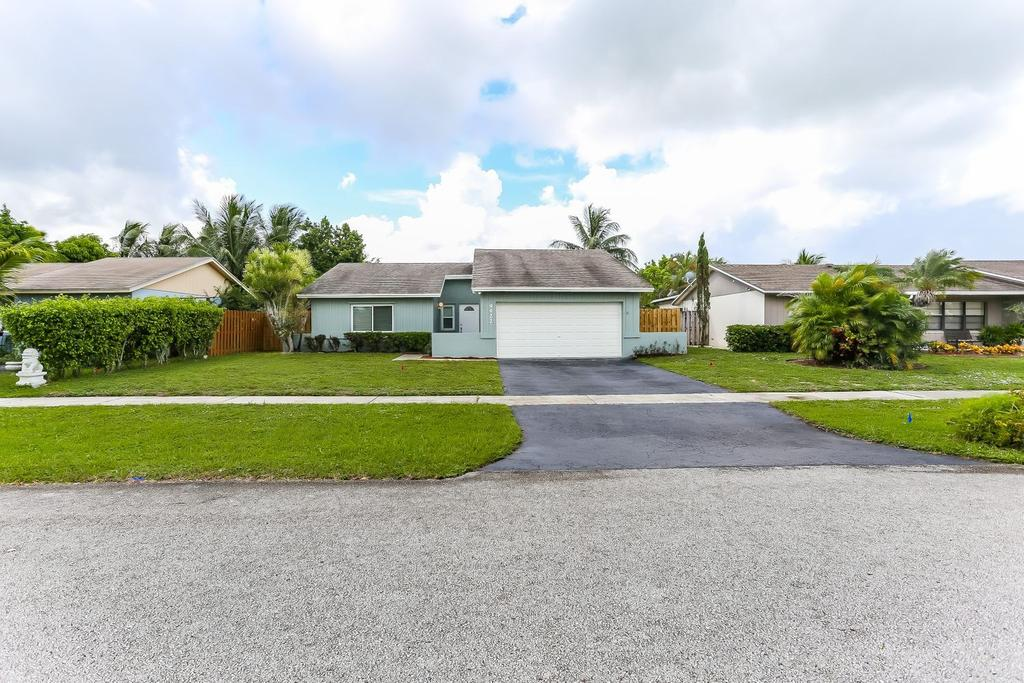 9422 Saddlebrook Dr, Boca Raton, FL 33496