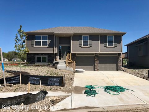 Photo of 102 N Point Ln, Raymore, MO 64083