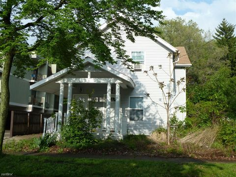 Photo of 135 1/2 Regent St, Lansing, MI 48912