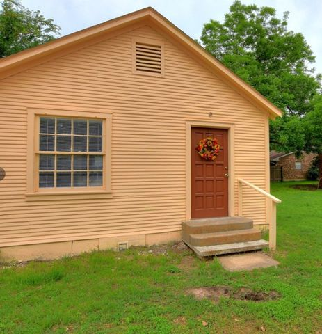 Photo of 902 Ne 4th St, Smithville, TX 78957