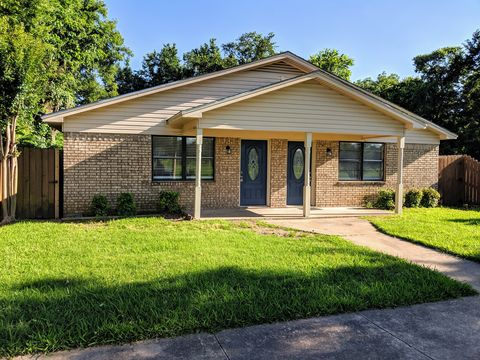 Photo of 702 W Sears St, Denison, TX 75020