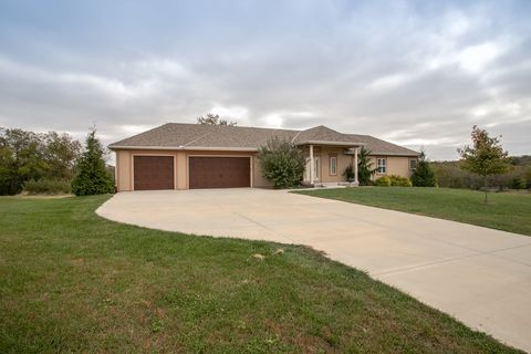 Photo of 11917 S Eagle Crest Dr, Lees Summit, MO 64086