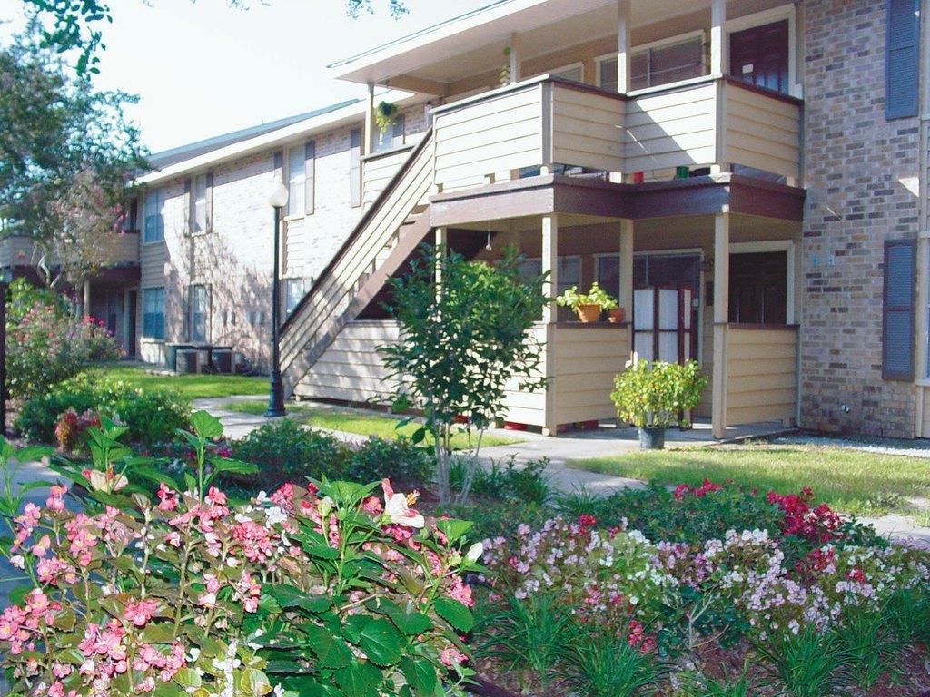 Acadian oaks lafayette la apartments for rent for Affordable pools lafayette louisiana