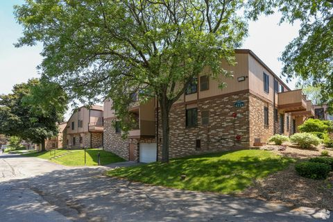 Photo of 4718 N 100th St, Wauwatosa, WI 53225