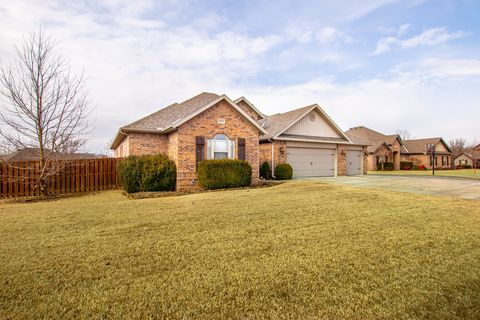 Photo of 2005 Ne Oak Trail Rd, Bentonville, AR 72712
