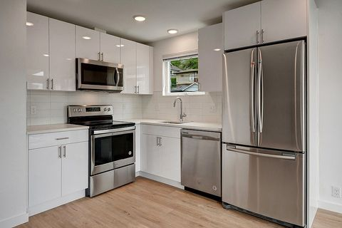 Photo of 3521 S Leschi Pl Apt 2, Seattle, WA 98144