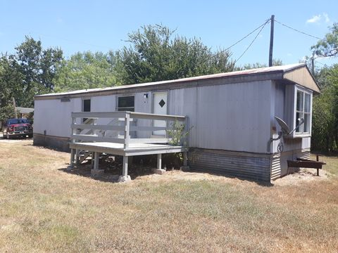 Photo of 611 W 4th St, Nixon, TX 78140