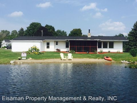 1118 E Round Island Dr, Kendallville, IN 46755