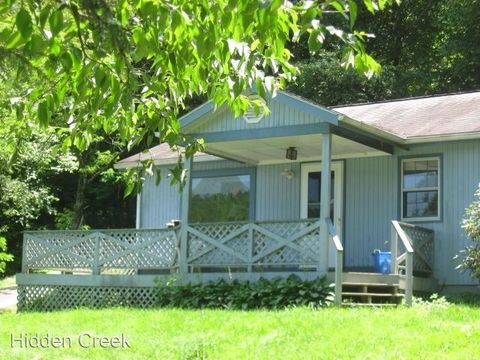 Photo of 136 Oxford Ln, Blowing Rock, NC 28605