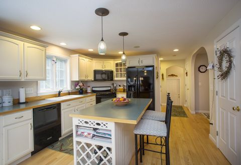 Photo of 21 Woodfield Dr, Scarborough, ME 04074