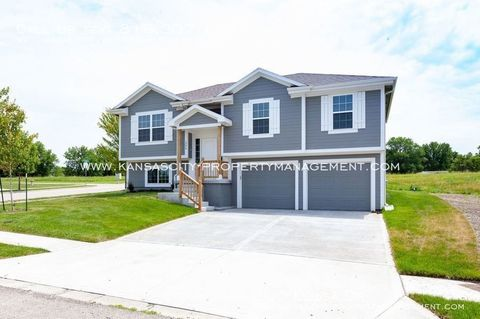 Photo of 200 Elissa Dr, Raymore, MO 64083